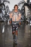 Un modelo camina la pista en el desfile de moda de Blonds fotos de archivo libres de regalías