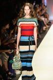 Un modelo camina la pista en el desfile de moda de Desigual Imágenes de archivo libres de regalías