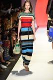 Un modelo camina la pista en el desfile de moda de Desigual Fotos de archivo libres de regalías