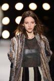 Un modelo camina la pista en el desfile de moda 2016 de la caída de BCBGMAXAZRIA Imagen de archivo