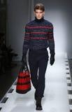 Un modelo camina la pista en el desfile de moda 2016 de la caída de los hombres de Nautica Imágenes de archivo libres de regalías