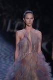 Un modelo camina la pista en el desfile de moda de Marchesa Imagenes de archivo