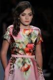 Un modelo camina la pista en el desfile de moda de Nancy Vuu Imagen de archivo