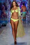Un modelo camina la pista en el desfile de moda del traje de baño de Maaji durante la nadada 2015 de MBFW Fotos de archivo