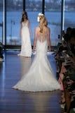 Un modelo camina la pista en la demostración de Santo Bridal de los di de Iness Imagen de archivo libre de regalías