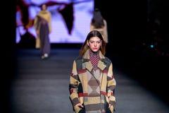 Un modelo camina la pista para la colección de Aldomartins en 080 el otoño invierno de la semana 2015 de la moda de Barcelona Imagen de archivo libre de regalías