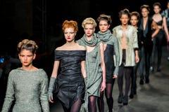 Un modelo camina la pista para la colección de Celia Vela en la semana 2015 de la moda de 080 Barcelona Fotografía de archivo
