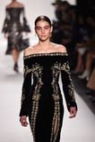 Un modelo camina la pista para la colección de Jonathan Simkhai durante, semana de la moda de Nueva York Foto de archivo