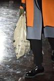 Un modelo camina la pista que lleva N Hoolywood Foto de archivo libre de regalías
