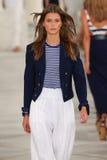 Un modelo camina la pista que lleva a Ralph Lauren Spring 2016 durante semana de la moda de Nueva York Foto de archivo