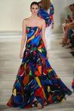 Un modelo camina la pista que lleva a Ralph Lauren Spring 2016 durante semana de la moda de Nueva York Imagen de archivo libre de regalías