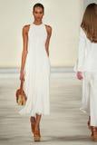 Un modelo camina la pista que lleva a Ralph Lauren Spring 2016 durante semana de la moda de Nueva York Fotos de archivo libres de regalías