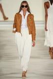 Un modelo camina la pista que lleva a Ralph Lauren Spring 2016 durante semana de la moda de Nueva York Fotografía de archivo