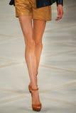 Un modelo camina la pista que lleva a Ralph Lauren Spring 2016 durante semana de la moda de Nueva York Fotos de archivo
