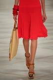 Un modelo camina la pista que lleva a Ralph Lauren Spring 2016 durante semana de la moda de Nueva York Foto de archivo libre de regalías