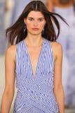 Un modelo camina la pista que lleva a Ralph Lauren Spring 2016 durante semana de la moda de Nueva York Imágenes de archivo libres de regalías
