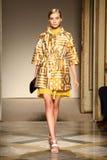 Un modelo camina pista durante la demostración de Chicca Lualdi como parte de Milan Fashion Week Imagen de archivo