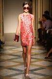 Un modelo camina pista durante la demostración de Chicca Lualdi como parte de Milan Fashion Week Fotos de archivo libres de regalías