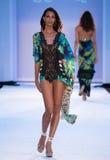 Un modelo camina pista en ropa de la nadada de los diseñadores de Bendita del Agua Fotos de archivo libres de regalías