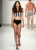 Un modelo camina pista en ropa de la nadada del diseñador durante el desfile de moda de MisterTripleX Fotos de archivo libres de regalías