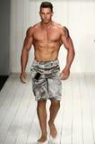 Un modelo camina pista en ropa de la nadada del diseñador durante el desfile de moda de MisterTripleX Imágenes de archivo libres de regalías