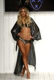 Un modelo camina pista en ropa de la nadada del diseñador durante el desfile de moda de MisterTripleX Fotografía de archivo libre de regalías