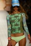 Un modelo camina pista en ropa de la nadada del diseñador durante el desfile de moda del traje de baño de Maaji Imagen de archivo libre de regalías