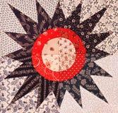 Un modelo colorido del edredón del starburst foto de archivo
