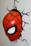 Un modelo de la máscara del hombre araña de las películas y de los tebeos imagenes de archivo