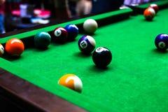 Un modelo de la mesa de billar con las bolas de billar en él fotografía de archivo