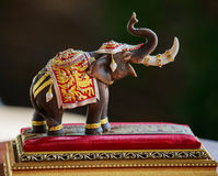 Un modelo del elefante en fondo de la falta de definición Fotos de archivo libres de regalías