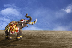 Un modelo del elefante en fondo del cielo azul Fotos de archivo