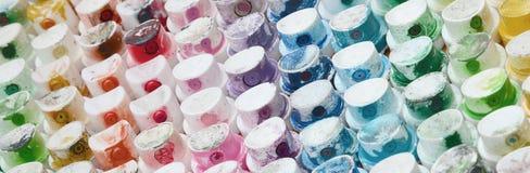Un modelo del muchas bocas de un rociador de la pintura para la pintada de dibujo, manchado en diversos colores Los casquillos pl imágenes de archivo libres de regalías