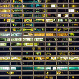 Un modelo geométrico de ventanas en un rascacielos de Manhattan Foto de archivo