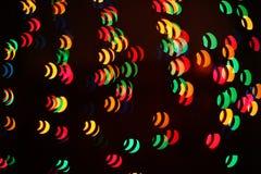 Un modelo ligero del bokeh de elementos geométricos en un fondo oscuro imagen de archivo libre de regalías