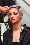 Un modelo que consigue listo entre bastidores en el desfile de moda del FTL Moda durante la caída 2015 de MBFW Foto de archivo