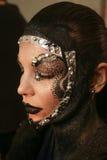 Un modelo que consigue listo entre bastidores en el desfile de moda del FTL Moda durante la caída 2015 de MBFW Imagen de archivo libre de regalías
