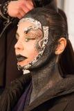 Un modelo que consigue listo entre bastidores en el desfile de moda del FTL Moda durante la caída 2015 de MBFW Fotos de archivo