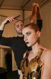 Un modelo que consigue listo entre bastidores en el desfile de moda del FTL Moda durante la caída 2015 de MBFW Fotos de archivo libres de regalías
