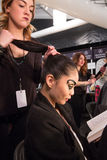 Un modelo que consigue listo entre bastidores en el desfile de moda del FTL Moda durante la caída 2015 de MBFW Fotografía de archivo libre de regalías