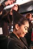Un modelo que consigue listo entre bastidores en el desfile de moda del FTL Moda durante la caída 2015 de MBFW Imagen de archivo