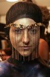 Un modelo que consigue listo entre bastidores en el desfile de moda del FTL Moda durante la caída 2015 de MBFW Imágenes de archivo libres de regalías