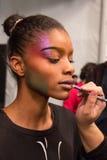 Un modelo que consigue listo entre bastidores en el desfile de moda del FTL Moda durante la caída 2015 de MBFW Foto de archivo libre de regalías