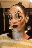 Un modelo que consigue listo entre bastidores en el desfile de moda del FTL Moda durante la caída 2015 de MBFW Fotografía de archivo