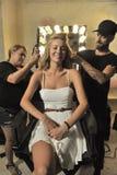 Un modelo que consigue listo entre bastidores en la presentación de la moda de Bunny Swimwear de la playa Fotos de archivo