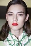 Un modelo se considera entre bastidores delante de la demostración de Blumarine durante Milan Fashion Week Spring /Summer 2018 fotografía de archivo libre de regalías