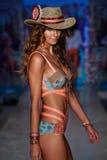 Un modèle marche la piste au défilé de mode de vêtements de bain de Maaji pendant le bain 2015 de MBFW Images libres de droits