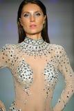Un modèle marche la piste chez Rocky Gathercole Runway Show pendant la semaine d'Art Hearts Fashion Miami Swim Photo stock