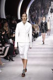 Un modèle marche la piste pendant l'exposition de Christian Dior Photo libre de droits