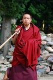 Un moine bouddhiste tibétain dans le sud-ouest Chine Image libre de droits